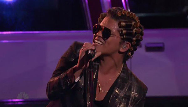 Bruno Mars and Mark Ronson sings 'Uptown Funk' on The Voice Finale – Video