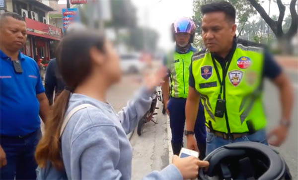 Abusive Woman Attacks MMDA Traffic Enforcer