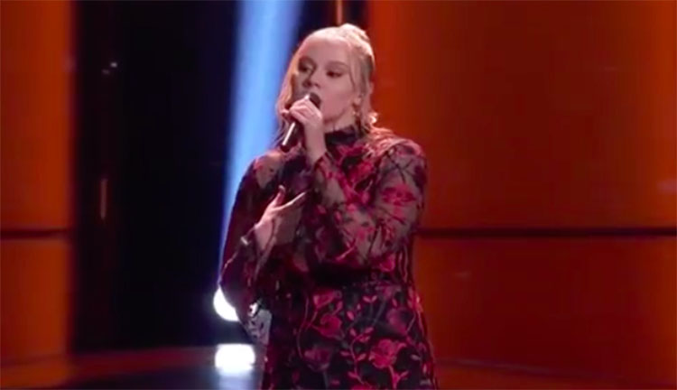 "Chelle sings ""idontwannabeyouanymore"" on The Voice Blind Auditions 2020"