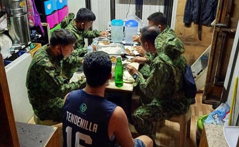 Frontliners Walang Mabilhan ng Pagkain, May-ari ng Karinderya Niyaya Silang Suluhan sa Hapunan