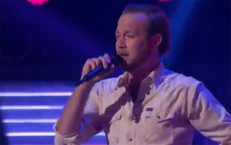 """Ryan Berg sings """"Waiting on the World to Change"""" on The Voice Blind Auditions"""