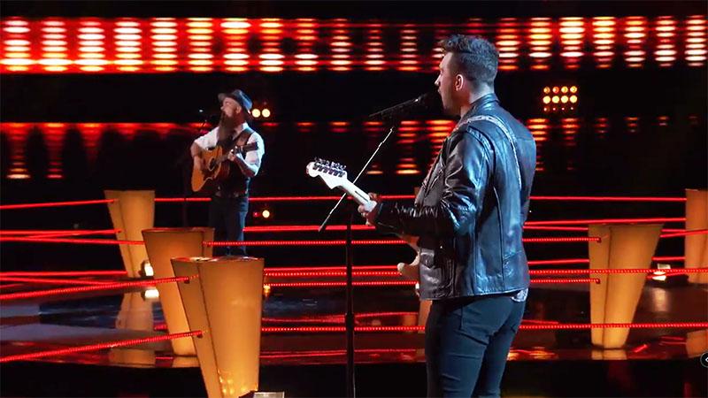 "Connor Christian vs Aaron Konzelman sings ""I Ain't Living Long Like This"" on The Voice Season 20 Battles"
