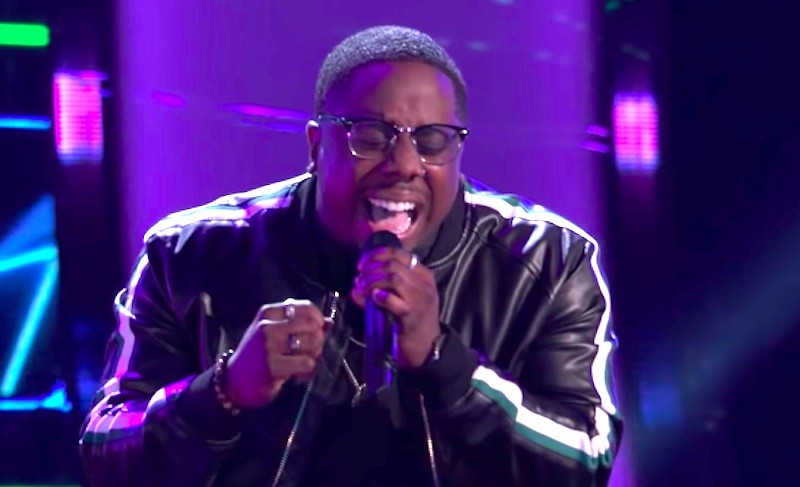 """Aaron Hines sings """"Heartbreak Anniversary"""" on The Voice Blind Auditions 2021"""